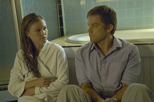 Michael C. Hall e Julia Stiles in una sequenza dell'episodio Everything is Illumenated della quinta stagione di Dexter