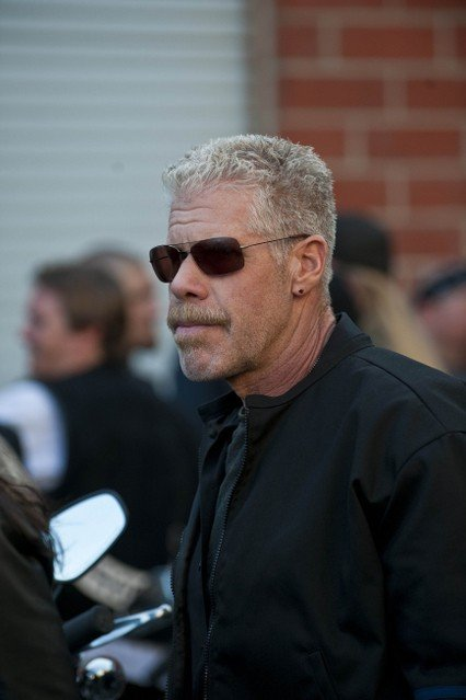 Ron Perlman in Sons of Anarchy nell'episodio Turas