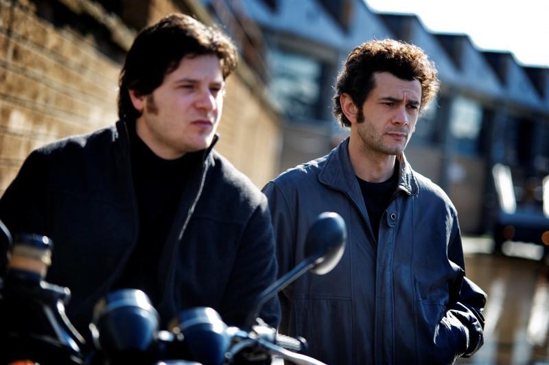 Edoardo Pesce con Vinicio Marchioni nella seconda stagione di Romanzo Criminale - La serie