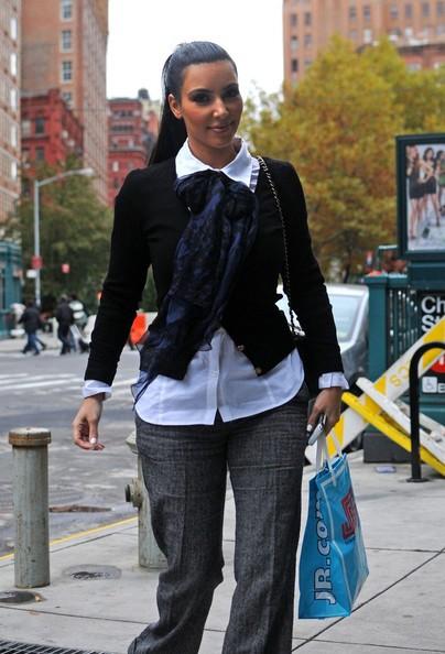 Kim Kardashian fa ritorno al suo albergo dopo aver fatto compere a Manhattan