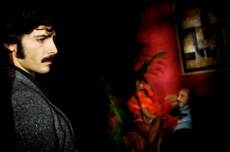Marco Bocci (Commissario Scialoja) in una scena di Romanzo Criminale - La serie