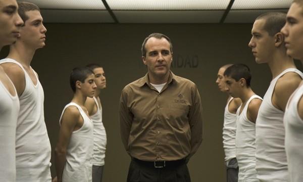 Fernando Guillén Cuervo in una scena del film Cruzando el límite