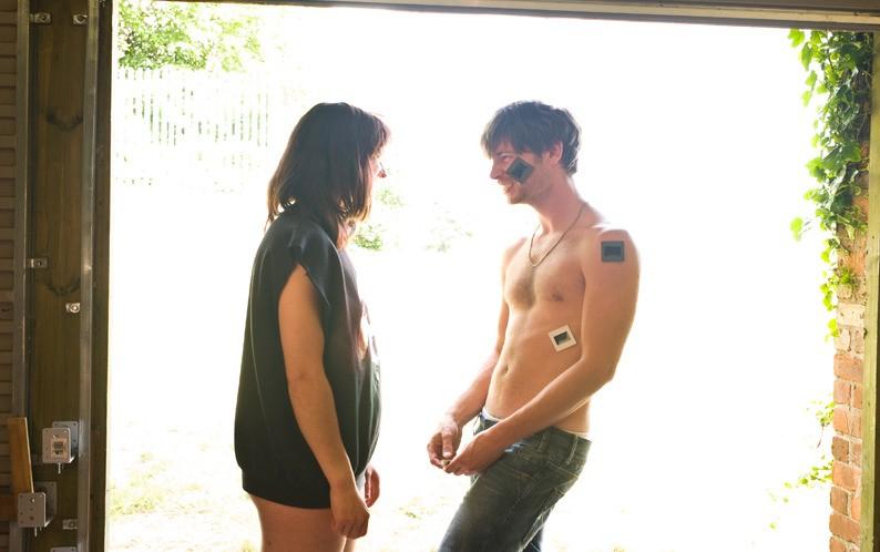 Liam Browne e Nancy Trotter Landry nei panni di due giovani creativi nel film Brilliantlove