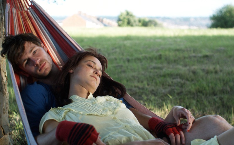 Una tenera immagine di Liam Browne e Nancy Trotter Landry dal film Brilliantlove