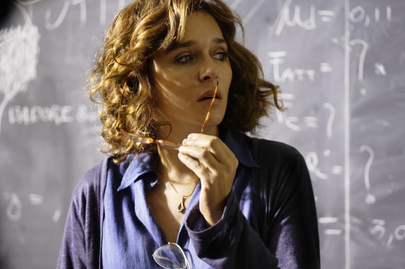 Valeria Golino in una scena del film La scuola è finita