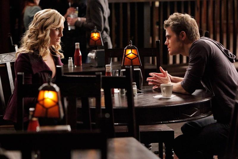 Caroline (Candice Accola) parla con Stefan (Paul Wesley) in una scena dell'episodio Katerina di Vampire Diaries