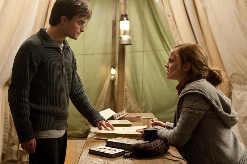 Harry (Daniel Radcliffe) parla con Hermione (Emma Watson) nel film I Doni della Morte - parte 1