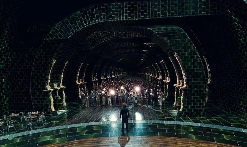 Una scena vista dall'alto con Bill Nighy (di spalle) nel film Harry Potter e i Doni della Morte - parte 1