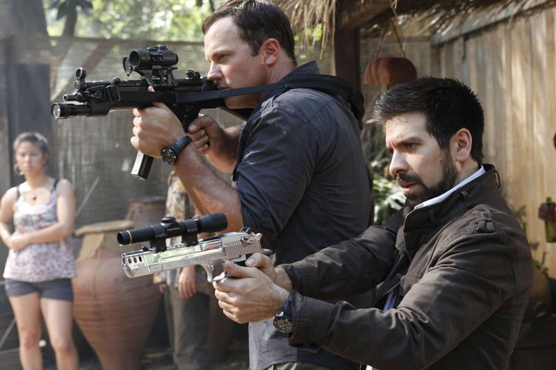 Adam Baldwin e Joshua Gomez armati in un momento dell'episodio Chuck Versus Phase Three