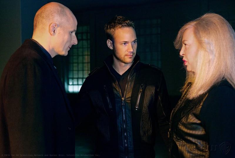 Gordon Godfrey (Michael Daingerfield), Desaad (Steve Byers) e Granny Goodness (Christine Willes) in Abandoned di Smallville