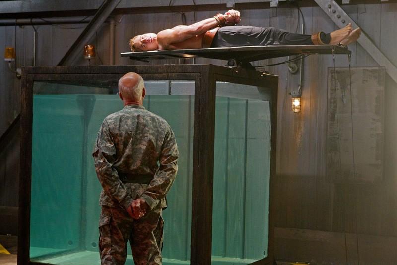 Michael Hogan (di spalle) e Justin Hartley nell'episodio Patriot di Smallville