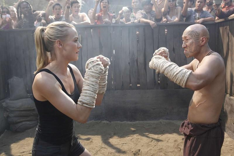 Yvonne Strahovski affronta il suo avversario nell'episodio Chuck Versus Phase Three