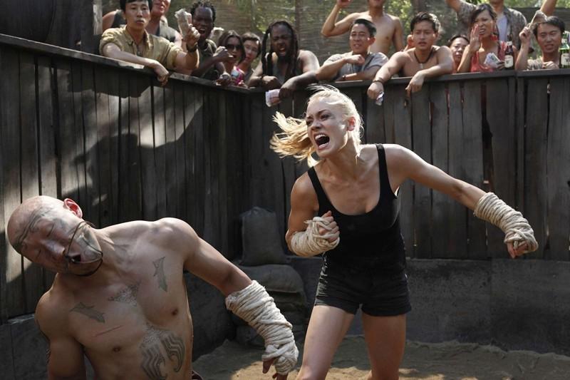 Yvonne Strahovski colpisce il suo avversario nell'episodio Chuck Versus Phase Three