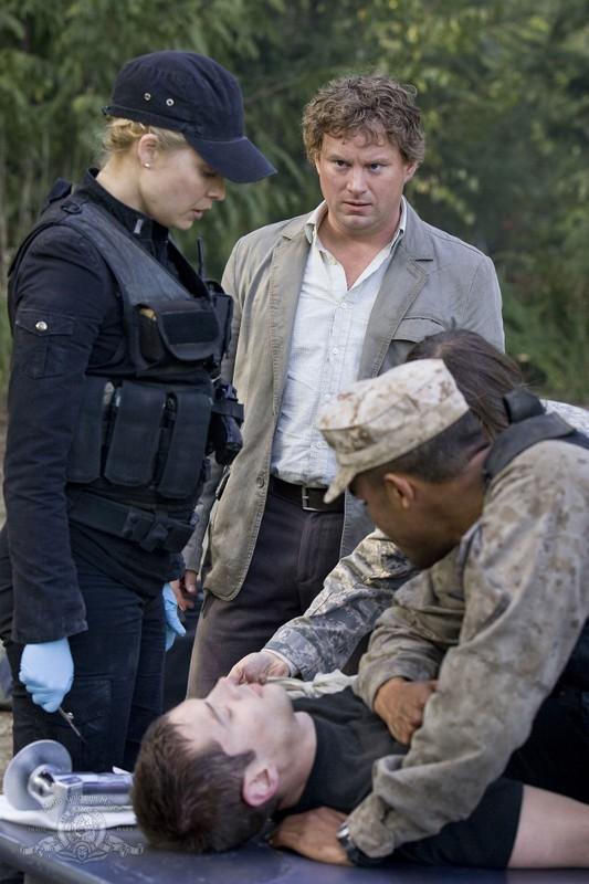 Alaina Kalanj, Brian J. Smith, Patrick Gilmore e Jamil Walker Smith nell'episodio Cloverdale di Stargate Universe