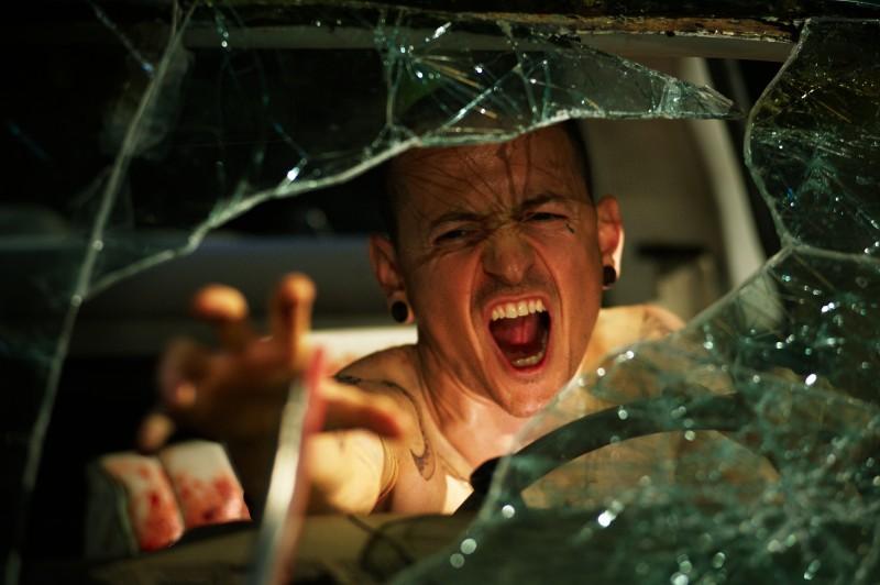 Chester Bennington in una scena del film Saw 3D
