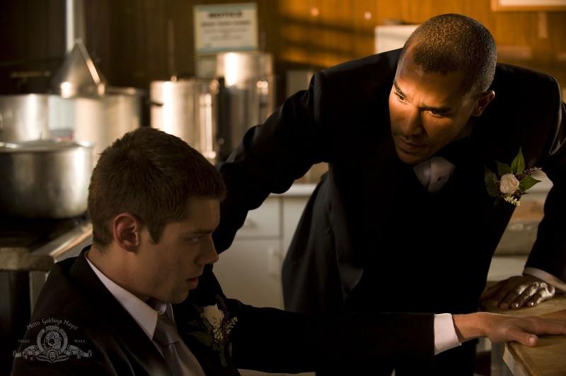 Jamil Walker Smith parla con Brian J. Smith nell'episodio Cloverdale di Stargate Universe