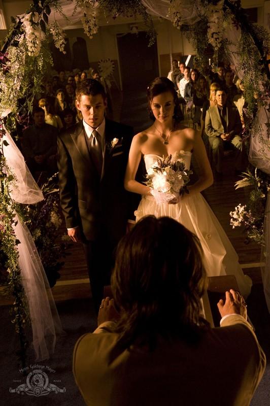 Matthew (Brian J. Smith) e Chloe (Elyse Levesque) al loro matrimonio nell'episodio Cloverdale di Stargate Universe