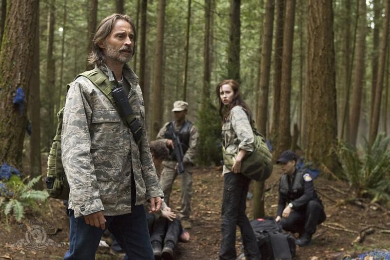 Robert Carlyle e Elyse Levesque in una scena dell'episodio Cloverdale di Stargate Universe
