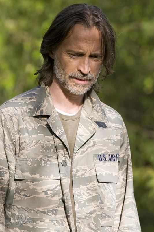 Robert Carlyle in un momento dell'episodio Cloverdale di Stargate Universe