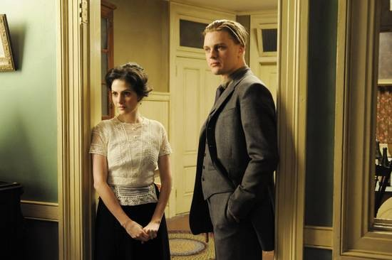 Aleksa Palaldino e Michael Pitt in una scena dell'episodio Belle Femme di Boardwalk Empire