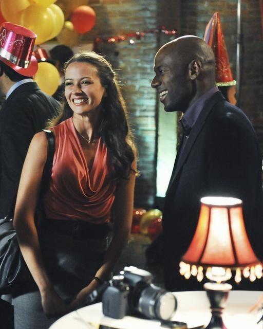 Amy Acker e Romany Malco nell'episodio No Ordinary Mobster di No Ordinary Family