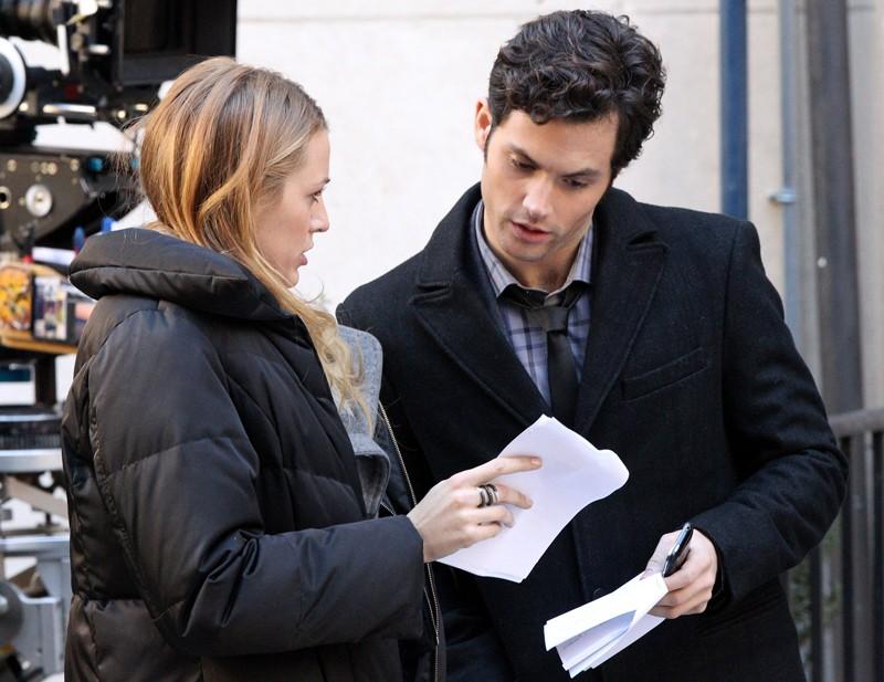 Blake Lively e Penn Badgley guardano il copione sul set di Gossip Girl, il 1 Novembre 2010