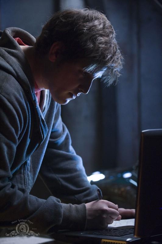 Eli (David Blue) a lavoro nell'episodio Trial and Error di Stargate Universe