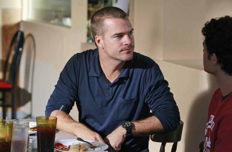 G. Callen (Chris O'Donnell) parla con Brandon Booth (Brett DelBuono) nell'episodio Bounty di NCIS: Los Angeles