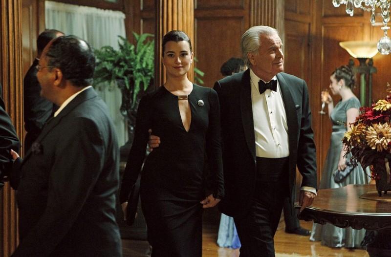 Gli eleganti Cote de Pablo e Robert Wagner nell'episodio Broken Arrow di NCIS