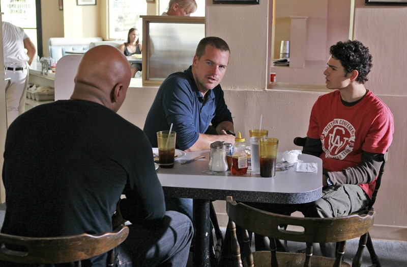 LL Cool J (di spalle) e Chris O'Donnell parlano con  Brett DelBuono in Bounty di NCIS: Los Angeles