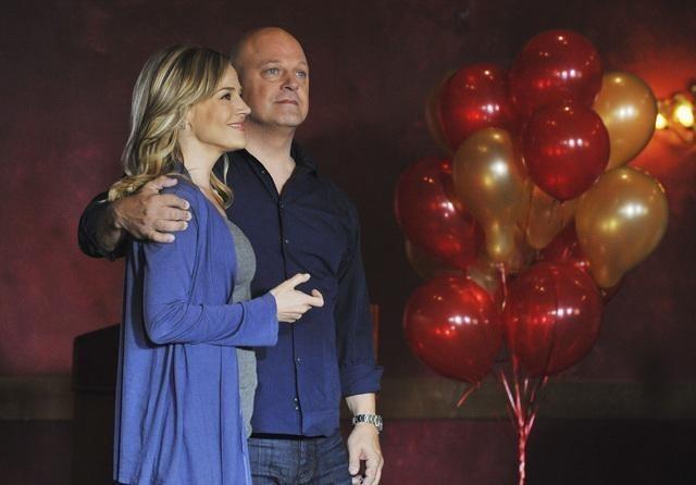 Michael Chiklis e Julie Benz nell'episodio No Ordinary Mobster di No Ordinary Family