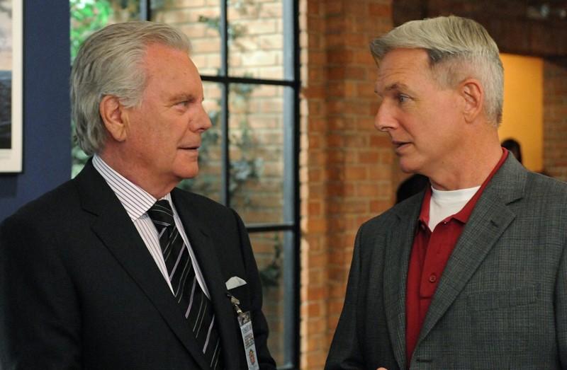 Robert Wagner di fronte a Mark Harmon nell'episodio Broken Arrow di NCIS