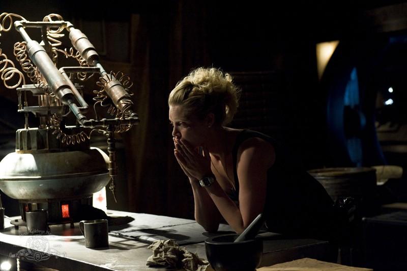 Una pensierosa TJ (Alaina Kalanj) nell'episodio Trial and Error di Stargate Universe