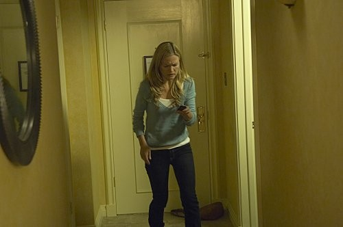 Julia Stiles in preda al terrore in una scena dell'episodio Take It! di Dexter