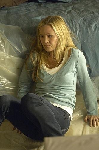 Julia Stiles in preda al terrore in una sequanza dell'episodio Take It! di Dexter