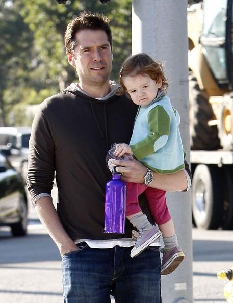Alexis Denisof con la figlia Satyana fuori per il pranzo presso il Country Brentwood Mart