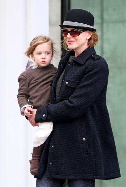Nicole Kidman porta la figlia Domenica Rosa in braccio