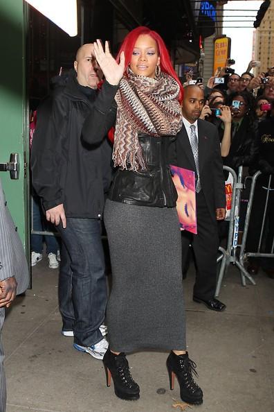 Rihanna saluta i suoi fans per strada fuori dai 'Good Morning America' Studios