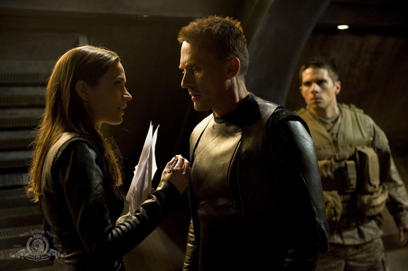 Amanda (Kathleen Munroe) parla con Simeon (Robert Knepper) nell'episodio The Greater Good di Stargate Universe