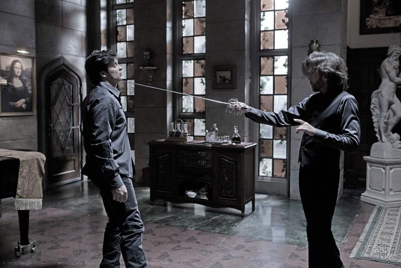 John Glover punta la spada contro Tom Welling nell'episodio Luthor di Smallville