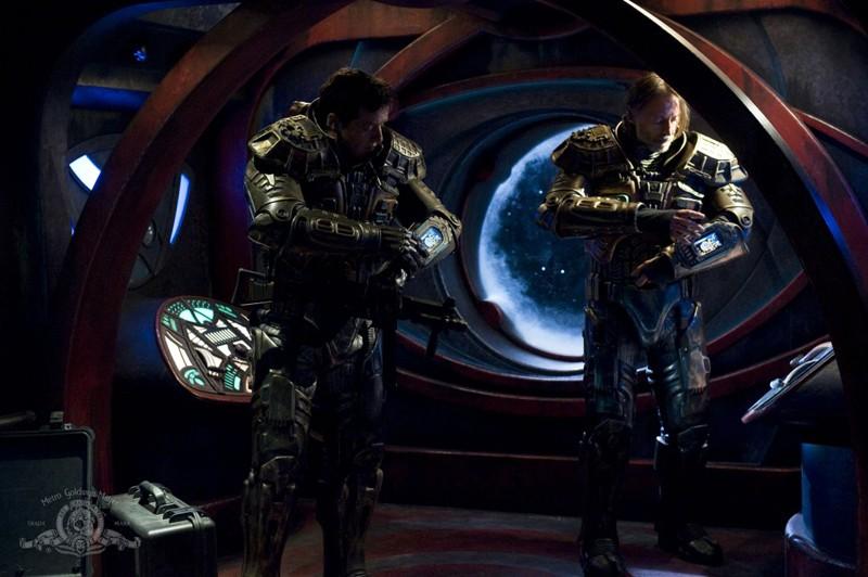 Justin Louis e Robert Carlyle si preparano nell'episodio The Greater Good di Stargate Universe
