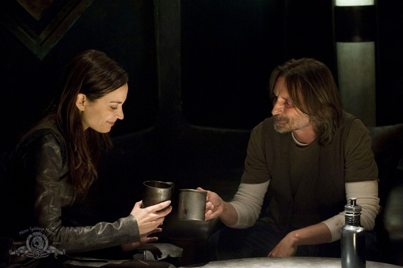 Kathleen Munroe e Robert Carlyle nell'episodio The Greater Good di Stargate Universe
