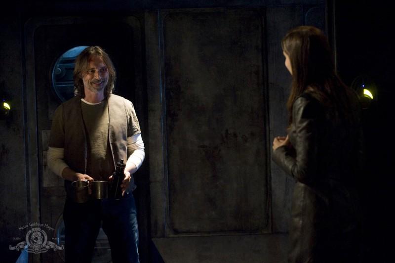 Robert Carlyle e Kathleen Munroe (di spalle) nell'episodio The Greater Good di Stargate Universe