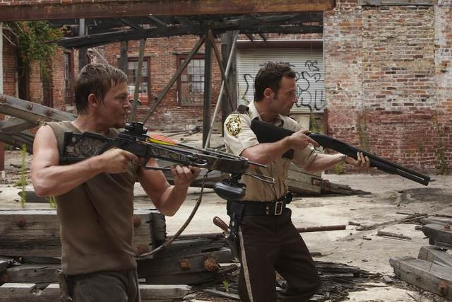 Andrew Lincoln e Norman Reedus in una scena dell'episodio Vatos di The Walking Dead