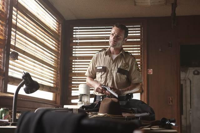 Andrew Lincoln in una scena dell'episodio Vatos di The Walking Dead