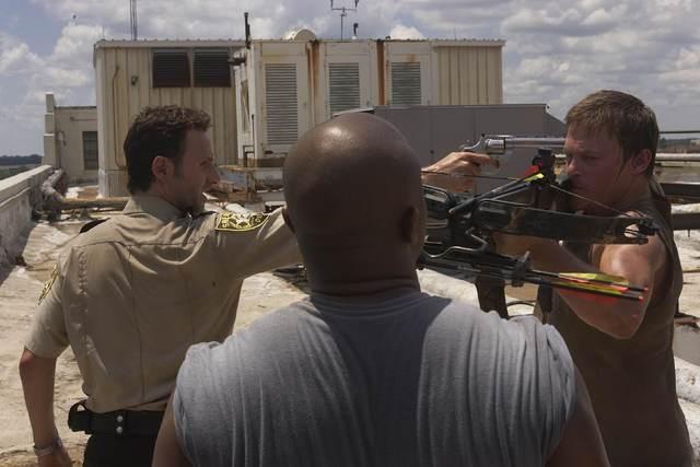 Andrew Lincoln, Robert 'IronE' Singleton e Norman Reedus nell'episodio Vatos di The Walking Dead