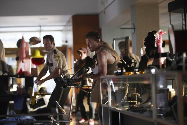 Andrew Lincoln, Steven Yeun e Norman Reedus in una scena dell'episodio Vatos di The Walking Dead