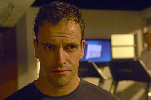 Jonny Lee Miller in una sequenza dell'episodio 'Teenage Wasteland' di Dexter