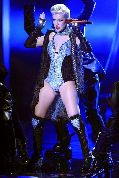 Una grintosissima Christina Aguilera durante la sua performance dei MTV Movie Awards 2010