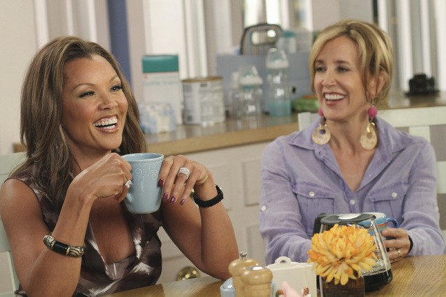 Vanessa Williams e Felicity Huffman in una scena dell'episodio Remember Paul? di Desperate Housewives
